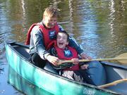 Voksen og barn i kano