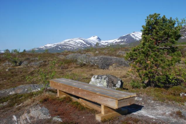 Bilde av benk på utkikspunkt ved Langvasstien