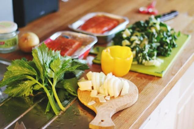 Bilde av fisk og friske grønnsaker på ei fjøl