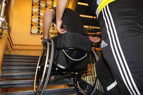 Bilde av rullestolbruker på vei ned trapp